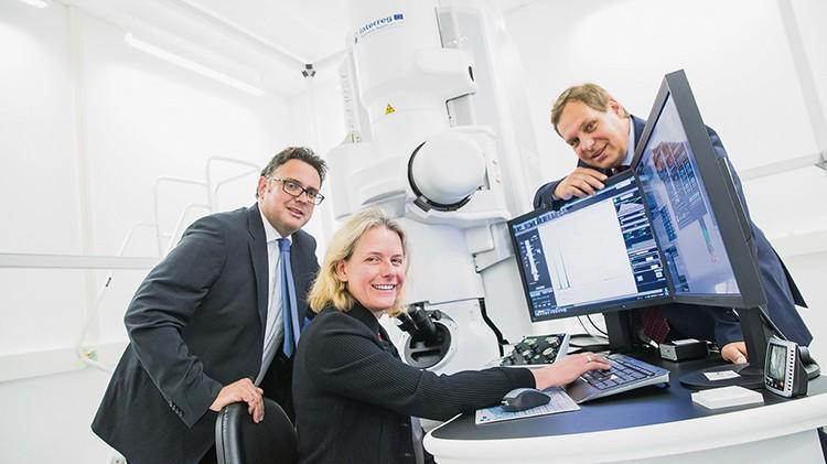 Materialforschung bis zum Kleinsten: Univ.-Prof. Nicola Hüsing präsentierte im Vorjahr erstmals das neue Elektronenmikroskop. Links Walter Haas von der ITG, rechts Prof. Oliver Diwald.