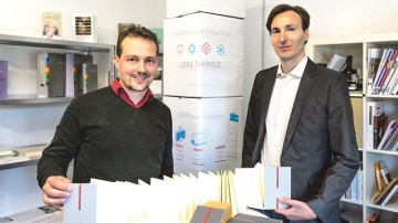 V.l.: Kooperationspartner Michael Augsten und Peter Kienast mit ihren Less Thingz-Produkten.