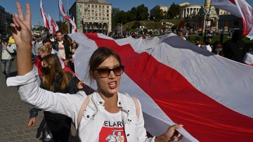 Belarus Demonstration: Frau mit Flagge