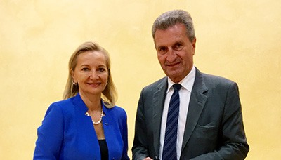 Ulrike Rabmer-Koller, UEAPME-Präsidentin und WKÖ-Vizepräsidentin, mit EU-Kommissar Günther Oettinger beim Round Table Digital Skills in Brüssel (Foto: UEAPME)