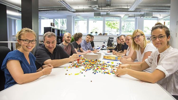 Eine kreative Umgebung fördert die kreative Arbeit. Das Center for Human-Computer Interaction versteht sich als kreatives Forschungszentrum und Digital Lab. Prof. Manfred Tscheligi, Leiter des HCI (2. v. li.), und Forscherinnen und Forscher des HCI.