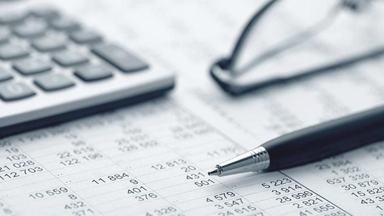 Kalkulieren, Rechnen, Kuli, Kugelschreiben, schreiben, Brille, Taschenrechner, Tabellen, Statistik, Abrechnung