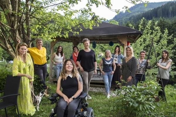 Die Mentees des FEMcademy-Lehrgangs 2020 mit Vizepräsidentin Astrid Legner, Projektleiterin Nicole M. Mayer und Landesgeschäftsführerin Tanja Telesklav.