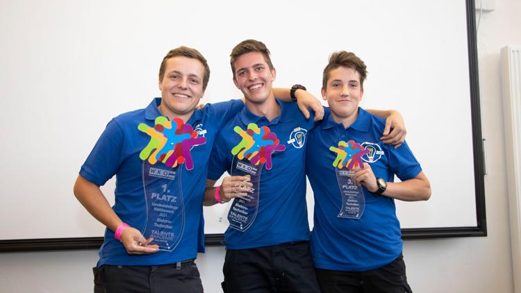 Die drei Erstplatzierten des 18. Lehrlingswettbewerbs der Kärntner Elektrotechniker: Kai Poppel (Mitte), Marcel Weiß und Sandro Ebner.
