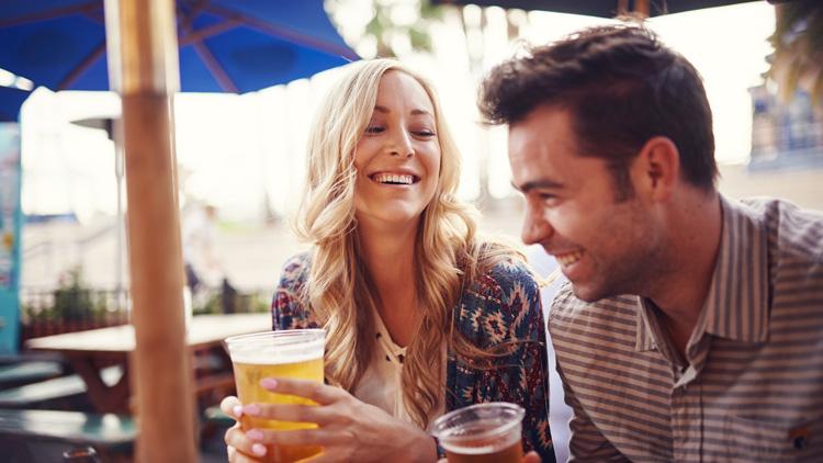 Mann und Frau trinken gemeinsam etwas im Lokal im Sommer