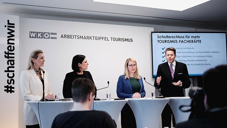 Arbeitsmarktgipfel Tourismus: Bundesministerin Christine Aschbacher, Bundesministerin Elisabeth Köstinger, Bundesministerin Margarete Schramböck und WKÖ-Präsident Harald Mahrer