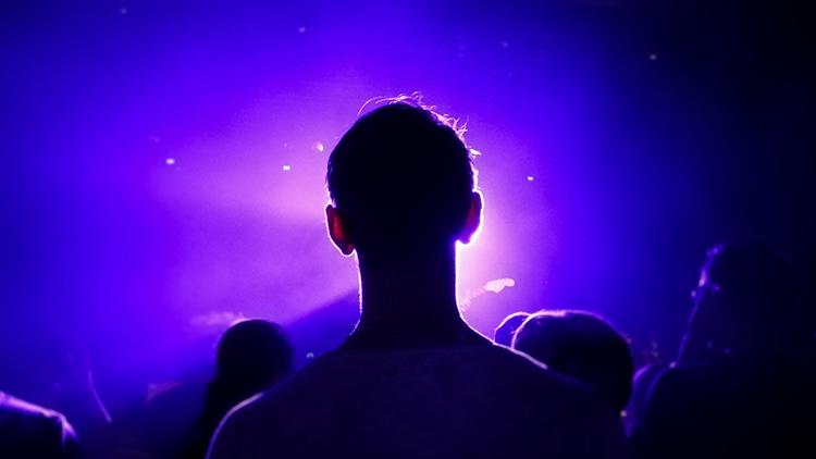 Männlicher Konzertbesucher im Gegenlicht