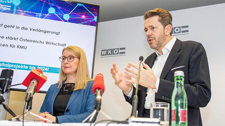 Bundesministerin Margarete Schramböck und WKÖ-Präsident Harald Mahrer Mahrer präsentieren eine erfolgreiche Zwischenbilanz und die Neuauflage von KMU DIGITAL