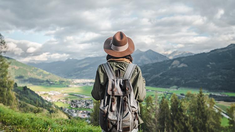 Junge Wandererin in Österreich