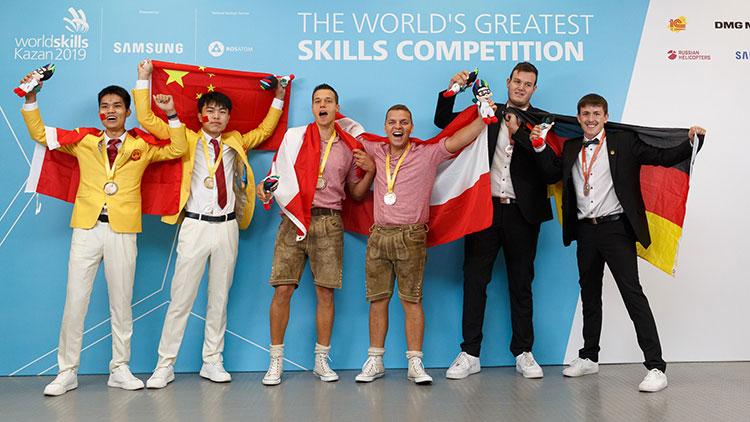 Alexander Krutzler und Mateo Grgic (Mitte) holten bei den WorldSkills 2019 Gold im Betonbau, vor den Teams der Volksrepublik China (l.) und Deuschlands.