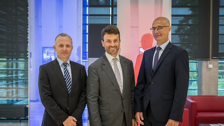 Lokalaugenschein bei Hoerbiger Wien: Markus Digruber (li.) und Bernhard Lindner (re.) von HOERBIGER mit Stefan Ehrlich-Adám, Industrie-Spartenobmann der Wirtschaftskammer Wien.