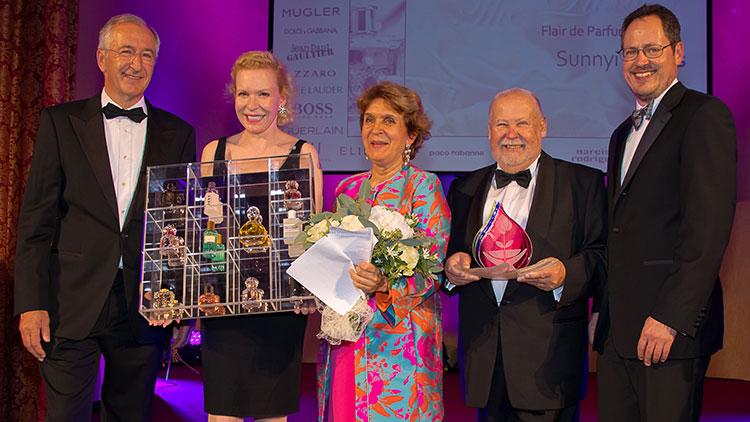 Dr. William Köberle (Präsident des Europäischen Parfumerieverbandes), Sunnyi Melles, Evelyn Heim-Swarovski, KR Gerhard Fischer (Obmann des Parfumeriewarenhandels der WKW)  und DR. Rainer Trefelik (Spartenobmann des Handels Wien)