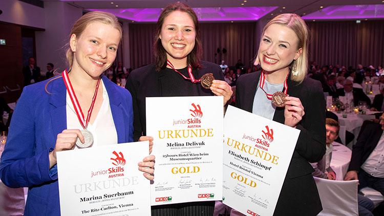 Die beiden Goldmedaillen-Gewinnerinnen des Wiener Teams, Fachbereich HGA Melina Delivuk (Mitte) und Elisabeth Schimpf (rechts)