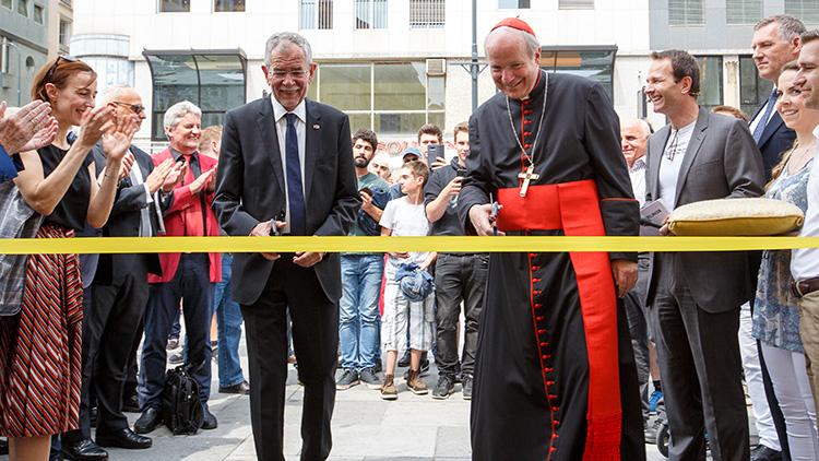 Bundespräsident und Kardinal durchschneiden Band