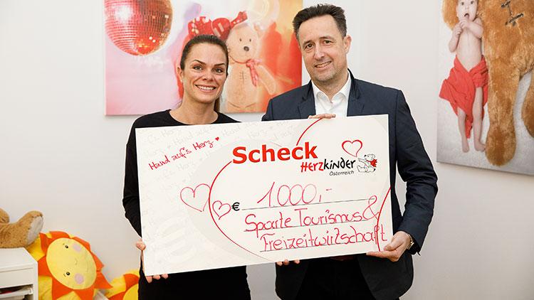 Spartenobmann Markus Grießler übergibt die Spende an Astrid Baumgartner von