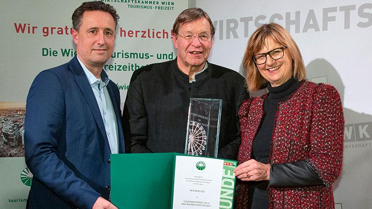Markus Grießler (Spartenobmann Wr. Tourismus- und Freizeitwirtschaft), Herbert Zotti, (Wiener Volksliedwerk), und Maria Patek (BM für Nachhaltigkeit und Tourismus)